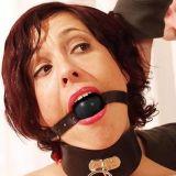 БДСМ - Черный кожаный кляп для рта с резиновым серым шаром