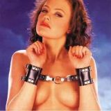 Черные кожаные наручники - d по оптовой цене