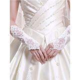 Белые перчатки, украшены вышивкой цена фото