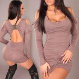 Сиренивое мини платье с вырезами и брошью на спине.
