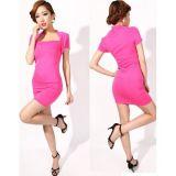Розовое мини платье с закрытыми плечами.