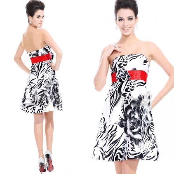 Короткое платье с принтом и цветочком на красном поясе