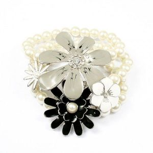 Charming bracelet with pearl beads