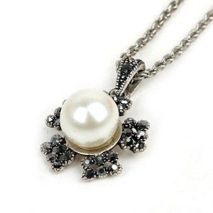 Necklace in the shape of a flower with rhinestones