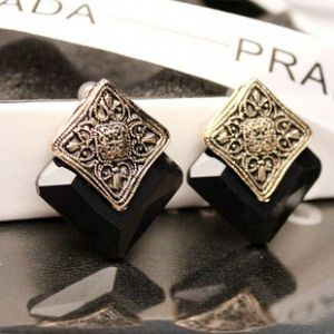Square earrings with retro pattern
