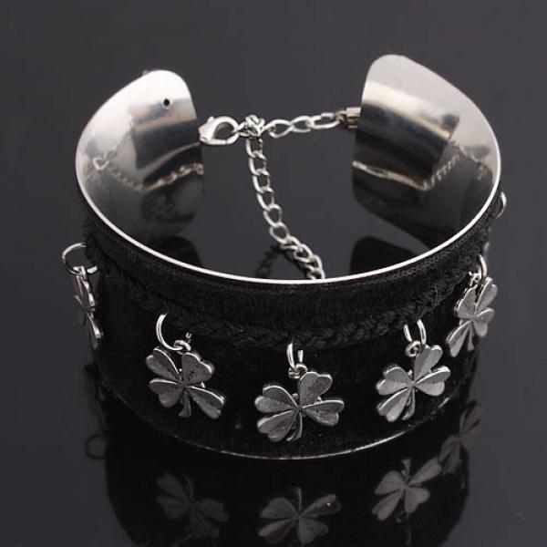 Metal open bangle with flowers. Артикул: IXI30190