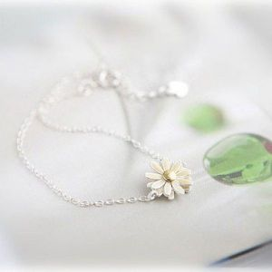 Shimmering necklace with flower