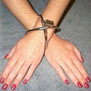 Стальные оковы для рук женские