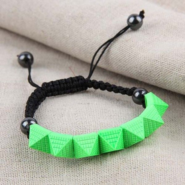 РАСПРОДАЖА! Плетеный браслет с пирамидками салатовый