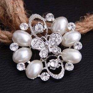 Brooch with pearl stones