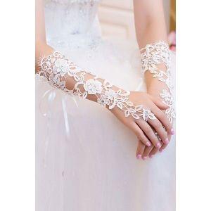 Delicate white lace gloves. Артикул: IXI41159