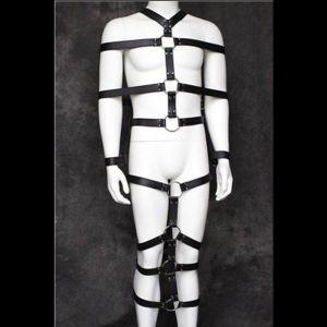Черный кожаный бондаж на все тело